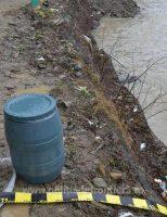 Țigări de contrabandă, într-un butoi, pe râul Suceava