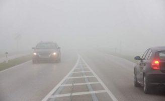 Polițiștii sunt în trafic pentru siguranţa circulaţiei  rutiere  în condiţii de ploaie