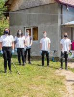Voluntarii Asociației Tinerilor Ortodocși Suceveni, sprijin pentru o familie din Botoșani